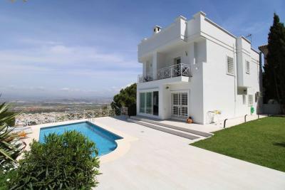 Espectacular villa ubicada en la urbanización El Lagar.
